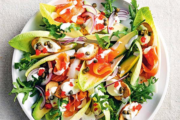 Salad quả bơ - cá hồi xông khói - trứng cá tầm (Trứng cá Carvia), nhahangphap.com