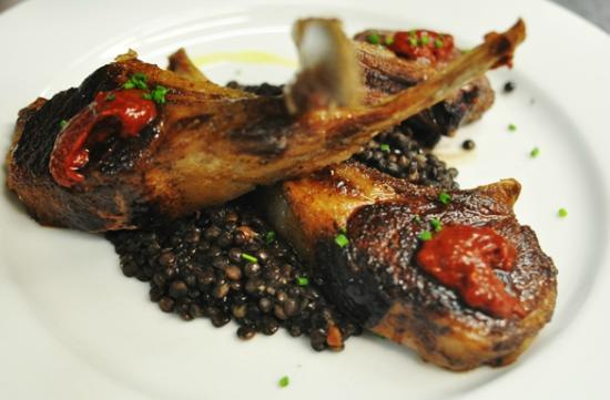 Sường cừu nướng rượu rum - đậu lentils - salad - rượu vang đỏ, nhahangphap.com