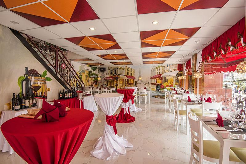 Nội thất được thiết kế tỉ mỉ với những bức bích họa sinh động, nhahangphap.com